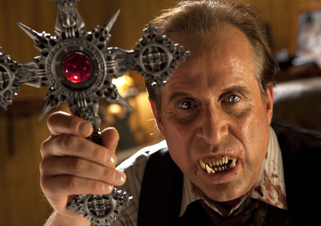 Werwolf Gabriel (Peter Stormare), dessen Sippschaft gerade empfindlich dezimiert wird, hat ein antikes silbernes Kreuz entwendet, das eine brisante... - Bildquelle: Kinowelt GmbH