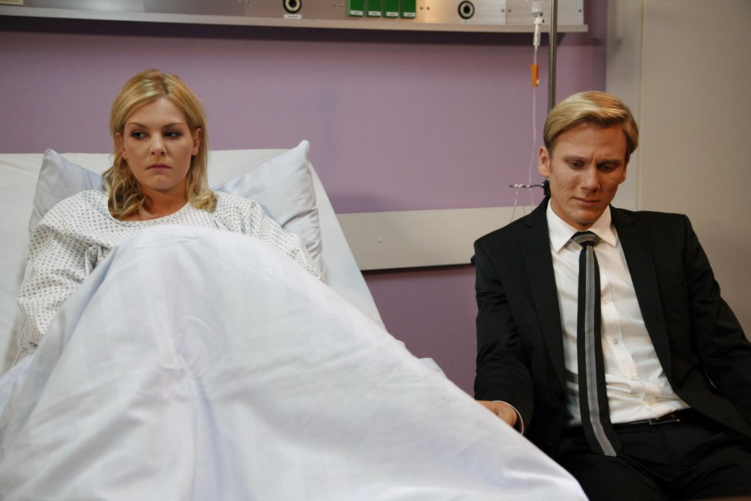 Alexandra (Ivonne Schönherr, l.) geht es langsam besser. Was Philip (Philipp Romann, r.) betrifft, scheint ihr Plan aufgegangen zu sein. Angesichts... - Bildquelle: SAT.1