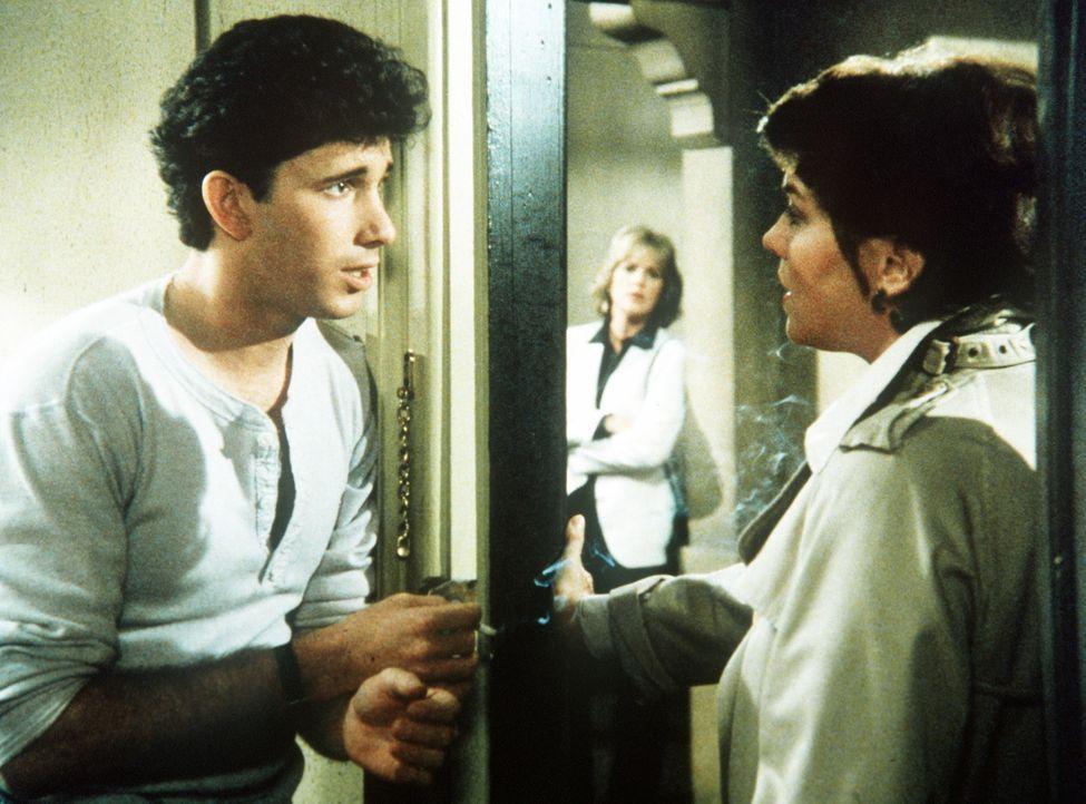 Matt (Alan Hayes, l.) soll als Informant in eine Schule eingeschleust werden. Lacey (Tyne Daly, r.) und Cagney (Sharon Gless) hoffen so, endlich den... - Bildquelle: ORION PICTURES CORPORATION. ALL RIGHTS RESERVED.