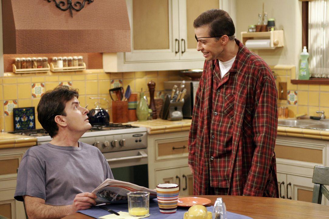 Voller Freude erzählt Alan (Jon Cryer, r.) seinem Bruder Charlie (Charlie Sheen, l.) von seinem bevorstehenden Date mit Sherri ... - Bildquelle: Warner Bros. Television