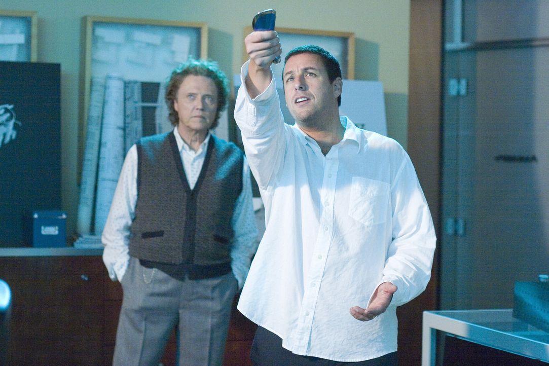 Architekt Michael Newman (Adam Sandler, r.) hat vor lauter Arbeit kaum Zeit für seine Frau Donna und seine Kinder. Eines Tages gelangt er mit Hilfe... - Bildquelle: Sony Pictures Television International. All Rights Reserved.