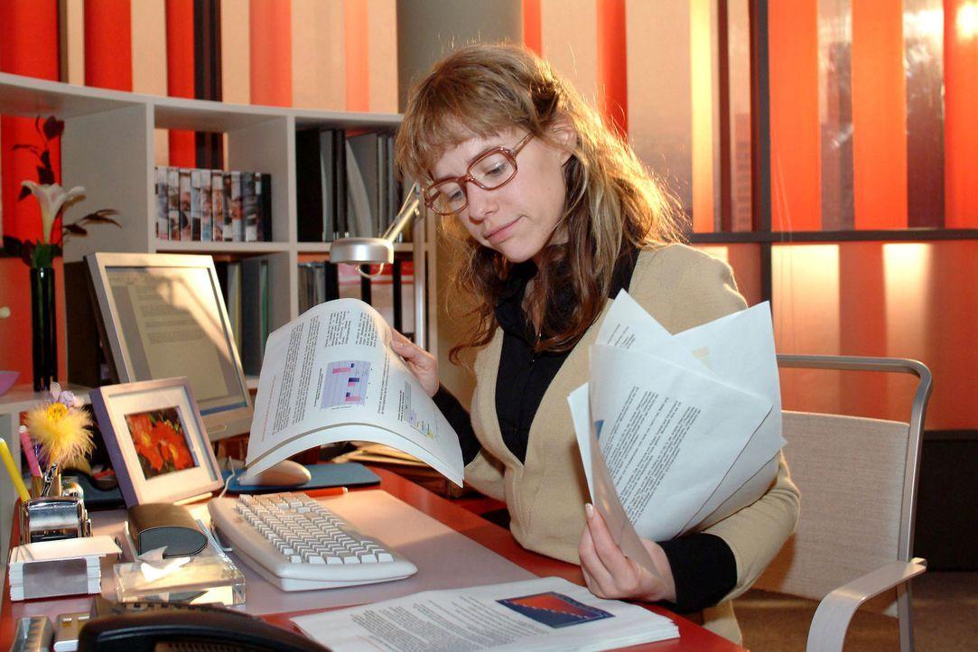 Zurück im Büro, macht sich Lisa (Alexandra Neldel) motiviert und professionell an die Arbeit. Scheint sie doch unentbehrlich! (Dieses Foto von Alexa... - Bildquelle: Monika Schürle Sat.1