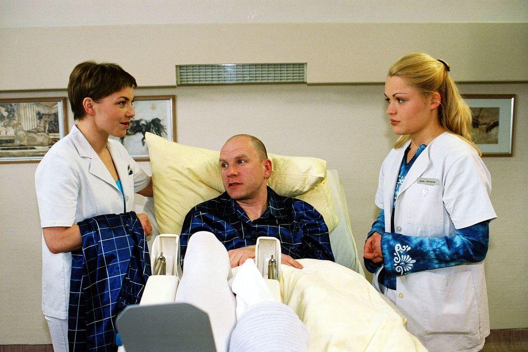 Stephanie (Claudia Schmutzler, l.) kann nicht nachvollziehen, warum sich Lernschwester Christina (Fritzi Eichhorn, r.) von dem Patienten Martin Reis... - Bildquelle: Monika Schürle Sat.1