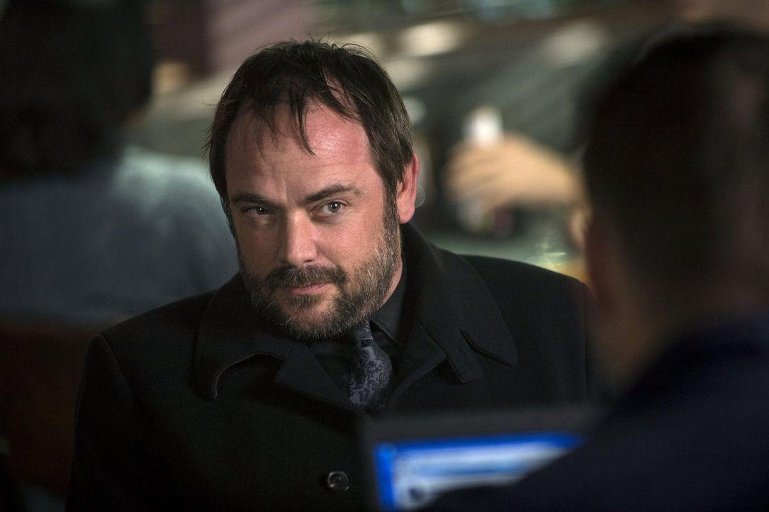 Wusste Crowley (Mark Sheppard) schon immer, dass das Kainsmal Deans Todesurteil sein könnte? - Bildquelle: 2013 Warner Brothers