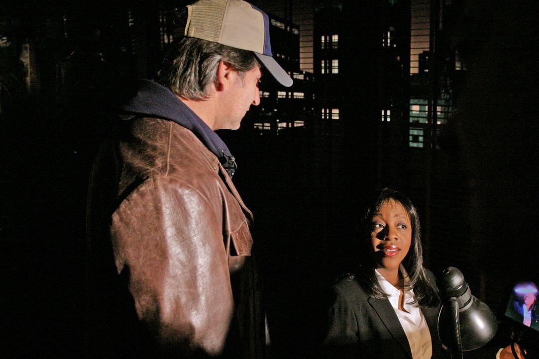 Vivian Johnson (Marianne Jean-Baptiste, r.) kann Jack Malone (Anthony LaPaglia, l.) davon überzeugen, den Fall der verschwundenen Jessica neu aufzur... - Bildquelle: Warner Bros. Entertainment Inc.