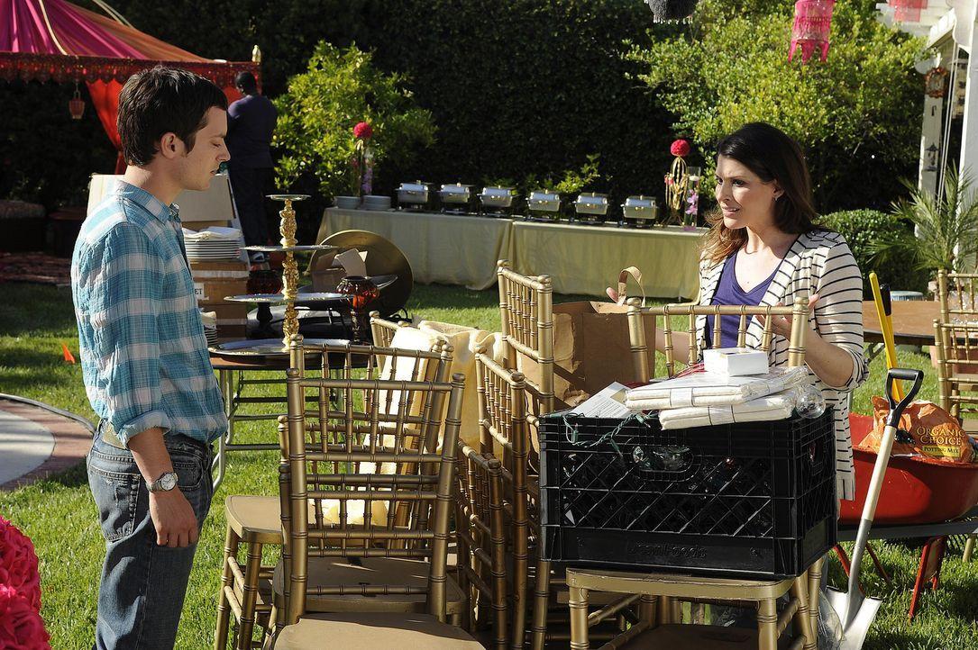 Ryans (Elijah Wood, l.) Schwester Kristen (Dorian Brown, r.) will für ihren Chef eine Gartenparty ausrichten, da dieser Zuschüsse für ein Kinderkran... - Bildquelle: 2011 FX Networks, LLC. All rights reserved.