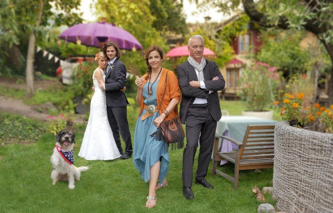 Jade (Lea Ruckpaul, l.) und Oliver (Tilman Pörzgen, 2.v.l.) lieben sich und wollen in ein paar Tagen heiraten. Wären da nicht Olivers Mutter Claudia... - Bildquelle: Jacqueline Krause-Burberg SAT.1