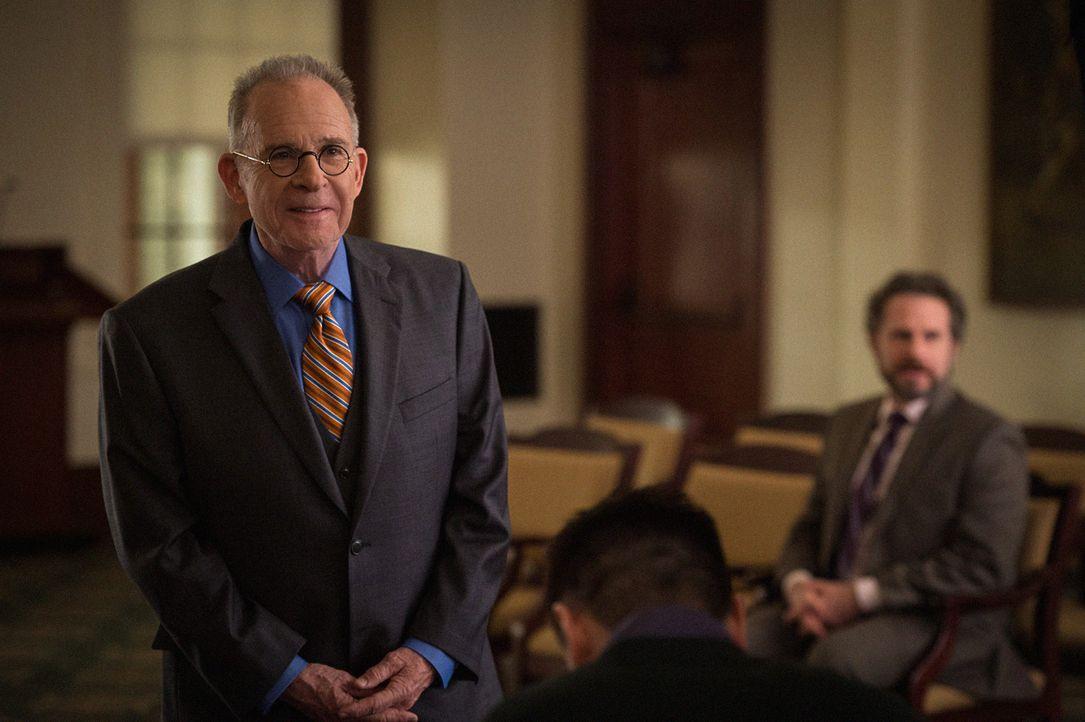 Der legendäre Anwalt Spencer Randolph (Ron Rifkin) soll Alicia vertreten, als ihr Walhbetrug vorgeworfen wird ... - Bildquelle: Jojo Whilden 2014 CBS Broadcasting Inc. All Rights Reserved.