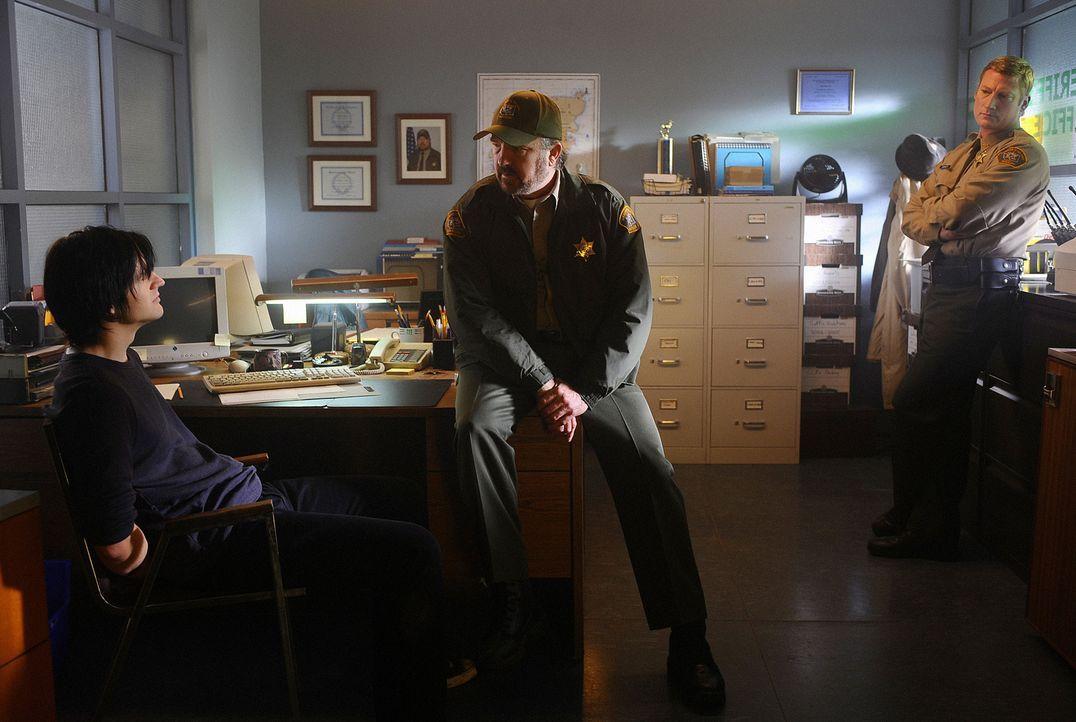 Charlie (Jim Beaver, M.) ist der festen Überzeugung, dass J.D. (Dean Chekvala, l.) Kelly und Thomas umgebracht hat - doch dieser hat damit nichts z... - Bildquelle: 2009 CBS Studios Inc. All Rights Reserved.