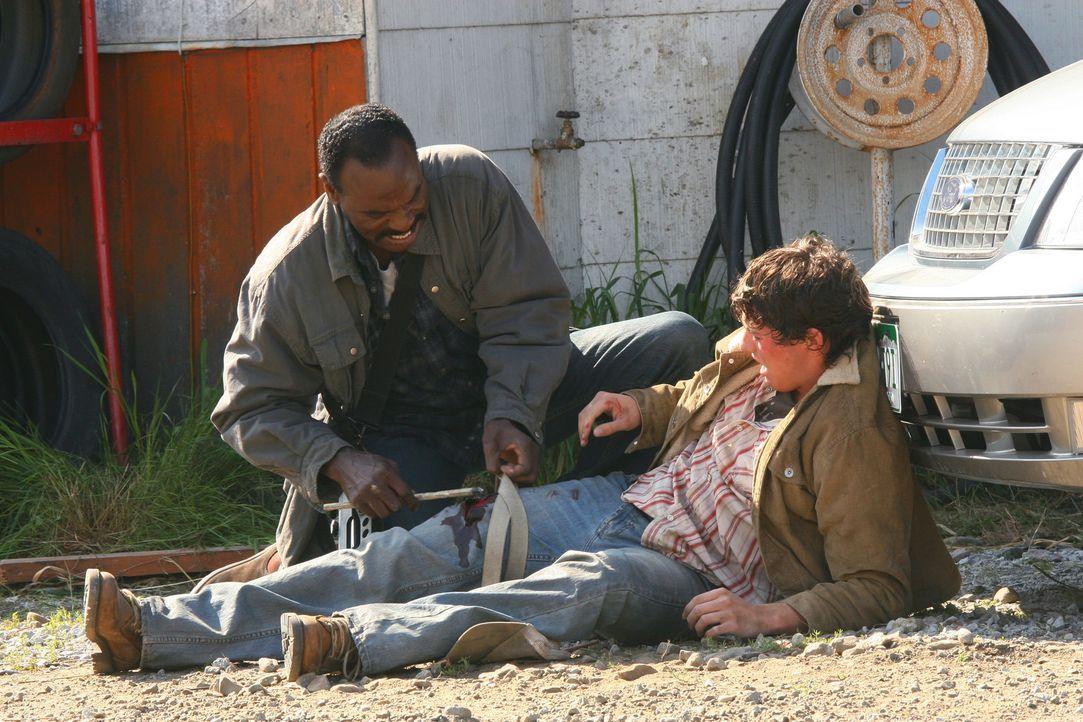 Bittet Sam und Dean um Hilfe, weil seine Stadt von Dämonen bedroht wird: Jäger Rufus Turner (Steven Williams, l.) ... - Bildquelle: Warner Bros. Television