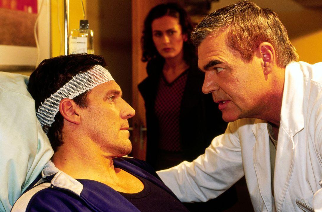 Dr. Bolten (Michael Greiling, r.) kümmert sich intensiv um den Polizisten Martin Ranklebe (Ralf Möller, l.), der an einer Amnesie leidet, seit eine... - Bildquelle: Oliver Pflug SAT.1