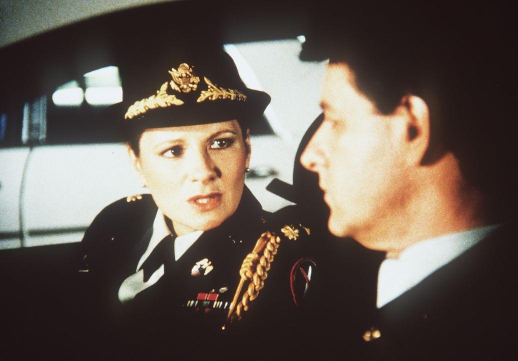 Major Sally McGill (Suzanne Lederer, l.) hat mit ihrem Komplizen Miles Carpenter (Allen Williams, r.) eine Liste mit den Namen von US-Agenten erbeut...