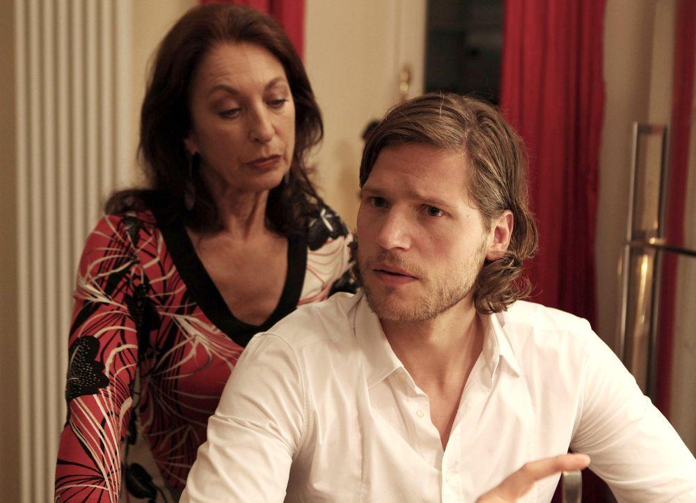 Jans (Sebastian Ströbel, r.) Mutter Emilia (Daniela Ziegler, l.) hat ihn jung und ungeplant bekommen, weshalb er ihr ständig den Vorwurf macht, ihn... - Bildquelle: Vanessa Fuentes SAT.1