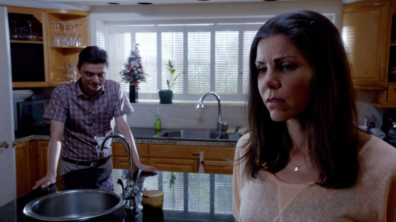 Hat Gary Nathan (James Urbaniak, l.) etwas mit den zahlreichen Einbrüchen in der Nachbarschaft zu tun? Die ahnungslose Emily (Heather Paige Kent, r.... - Bildquelle: 2013 CBS BROADCASTING INC. All Rights Reserved.