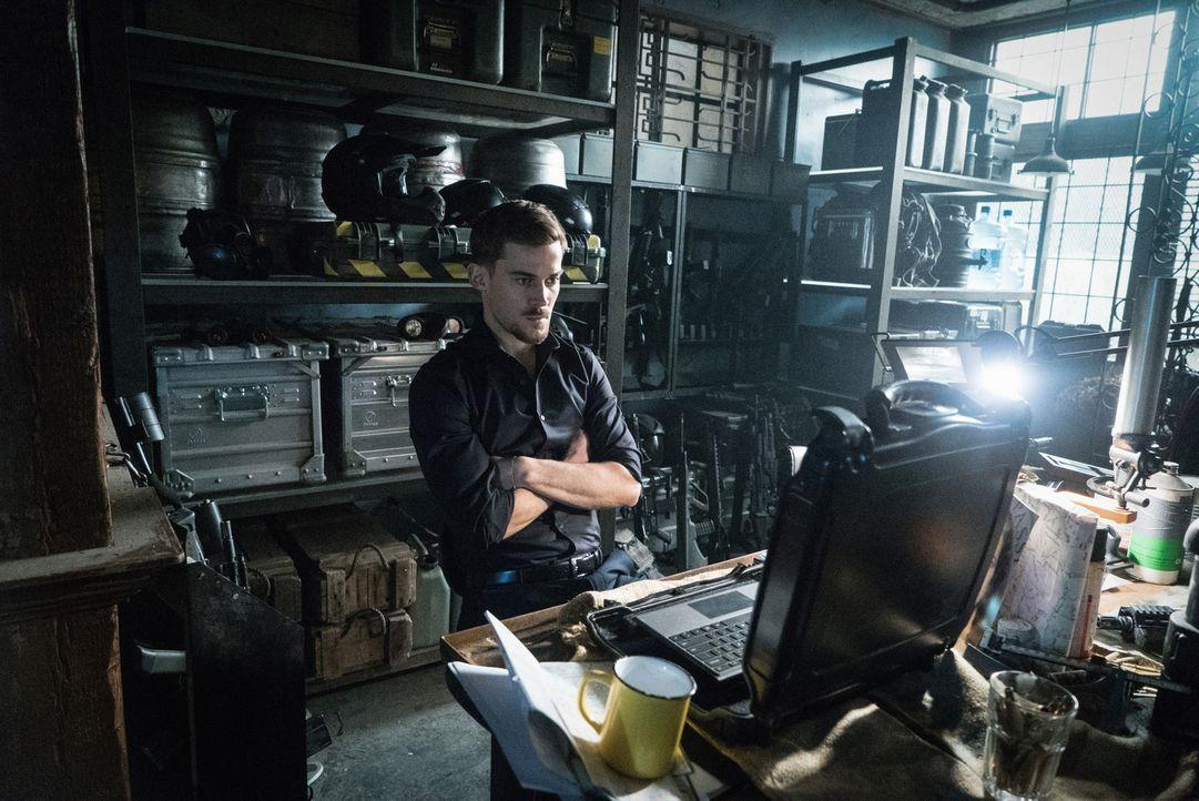 Logan (Josh Salatin) ermittelt anhand des IAGD Satelliten die Flugroute des Hybriden und erhält so den entscheidenden Hinweis, wo auf Abigal sich au... - Bildquelle: Shane Harvey 2017 CBS Broadcasting, Inc. All Rights Reserved
