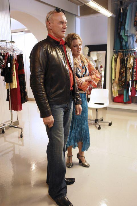 Während sich Bradford (Alan Dale, l.) in den neuen Klamotten ganz gut findet, will Christina (Ashley Jensen, r.) mit den Ergebnissen der Neugestaltu... - Bildquelle: Buena Vista International Television