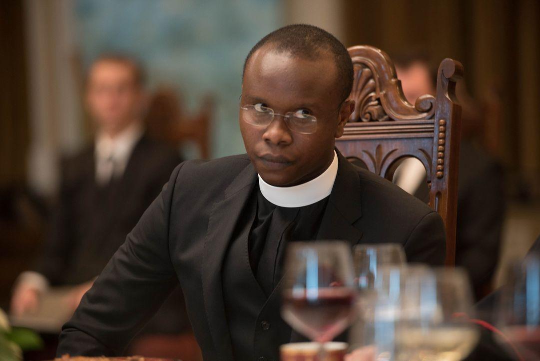 Pater Bennett (Kurt Egyiawan) überbringt Pater Marcus eine erschütternde Nachricht, die nicht nur sein Leben, sondern auch das des besessenen Mädche... - Bildquelle: 2016 Fox and its related entities.  All rights reserved.
