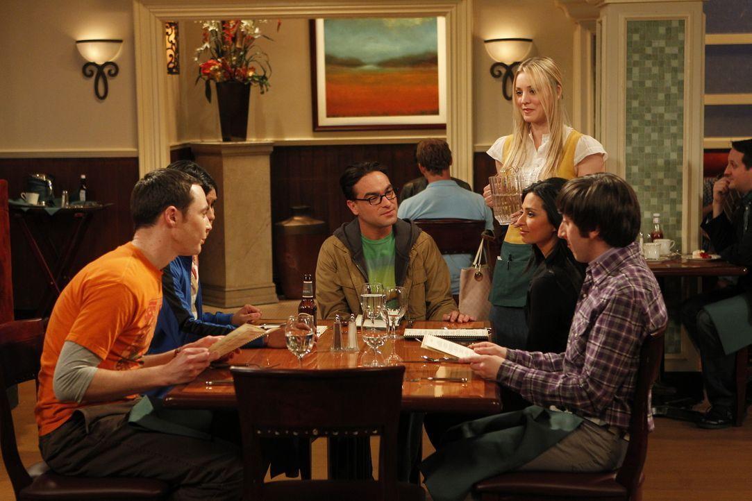 Priya (Aarti Mann, 2.v.r.) ist wieder in der Stadt. Bei einem gemeinsamen Abendessen erfahren Sheldon (Jim Parsons, l.), Rajesh (Kunal Nayyar, 2.v.l... - Bildquelle: Warner Bros. Television