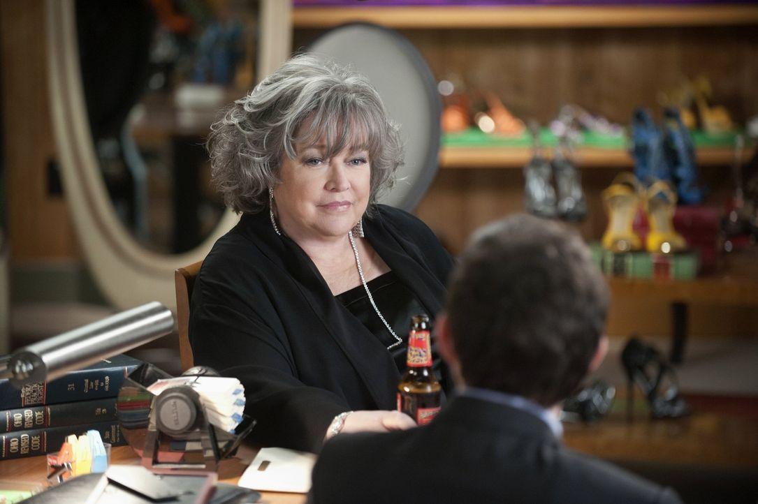 Während Adam (Nathan Corddry, r.) und Rachael einen Todeskandidaten vertreten, steht Harry (Kathy Bates, l.), Josh Peyton im Fall eines Einbruchs b... - Bildquelle: Warner Bros. Television