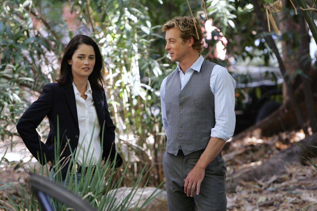 Mit allen Mitteln wollen Teresa (Robin Tunney, l.) und Patrick (Simon Baker, r.) den Mord an Rosemary Tennant aufdecken ... - Bildquelle: Warner Bros. Television