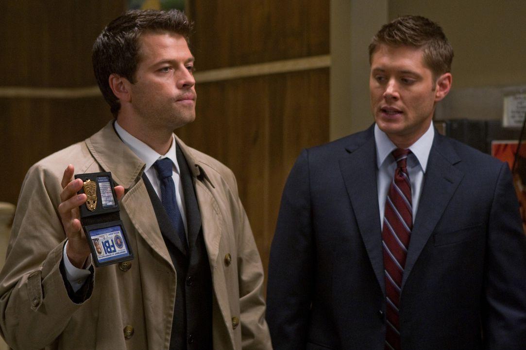 Dean (Jensen Ackles, r.) und Castiel (Misha Collins, l.) versuchen, den Erzengel Raphael zu finden in der Hoffnung, dadurch die Apokalypse aufhalten... - Bildquelle: Warner Brothers