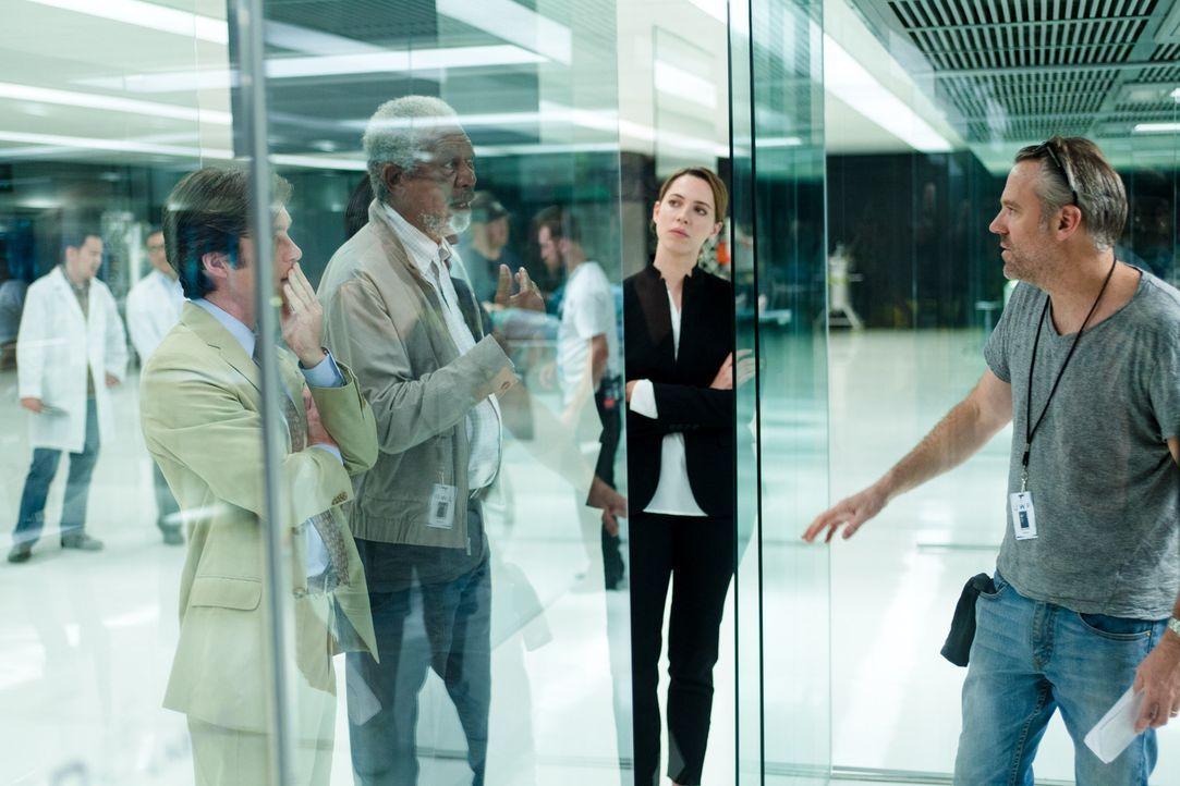 Bei den Dreharbeiten: Regisseur Wally Pfister (r.) und seine Hauptdarsteller Morgan Freeman (2.v.l.), Cillian Murphy (l.) und Rebecca Hall (2.v.r.) - Bildquelle: Peter Mountain 2013 Alcon Entertainment, LLC. All Rights Reserved