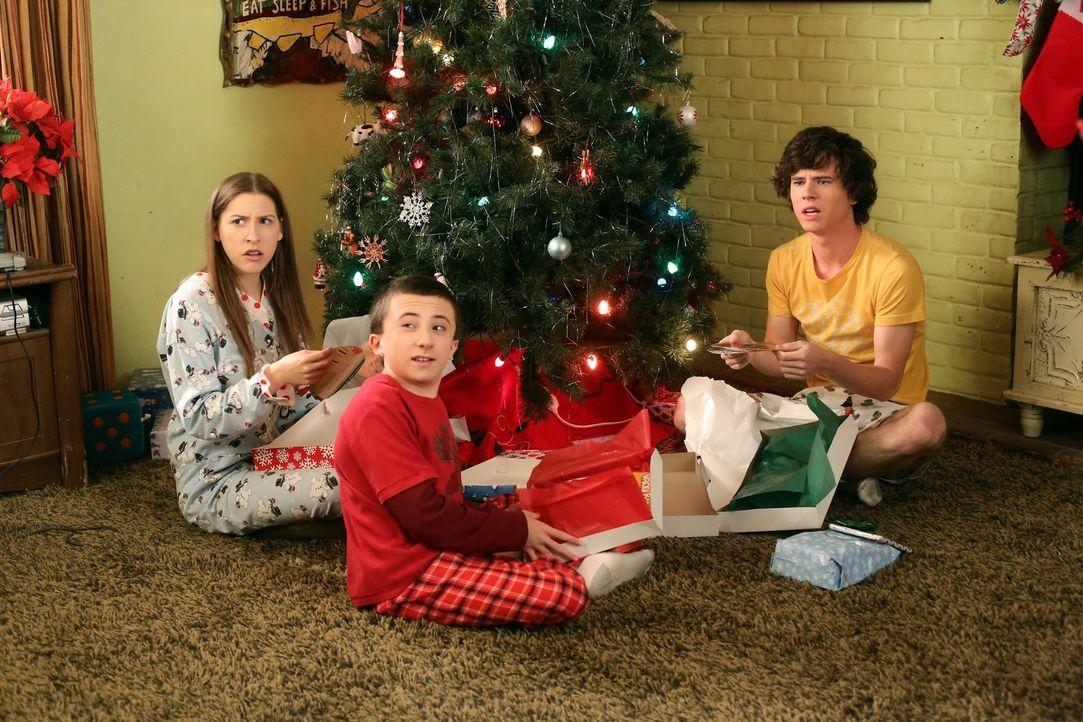 Weihnachten steht vor der Tür und Sue (Eden Sher, l.) darf im Auftrag von Reverend TimTom Kekse backen. Brick  (Atticus Shaffer, M.) dagegen soll fü... - Bildquelle: Warner Brothers