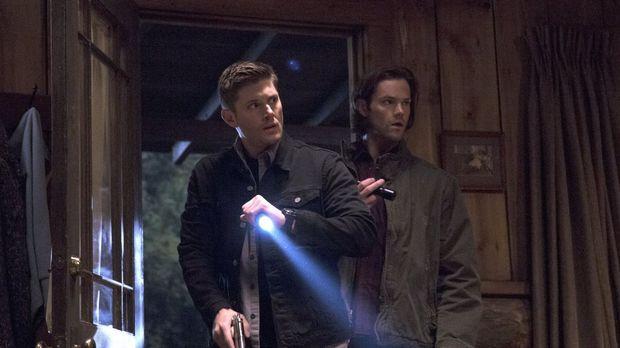 Eine Reihe von Werwolfangriffen führt Dean (Jensen Ackles, l.) und Sam (Jared...