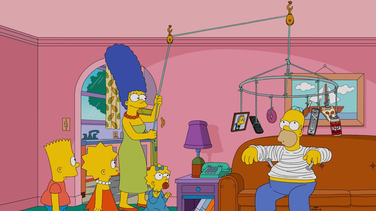 Damit Homer (r.) sich mit seinem Gips nicht zur Tode langweilt, hat sich seine Familie (v.l.n.r. Bart, Lisa, Marge und Maggie) etwas ganz Besonderes... - Bildquelle: 2016-2017 Fox and its related entities. All rights reserved.