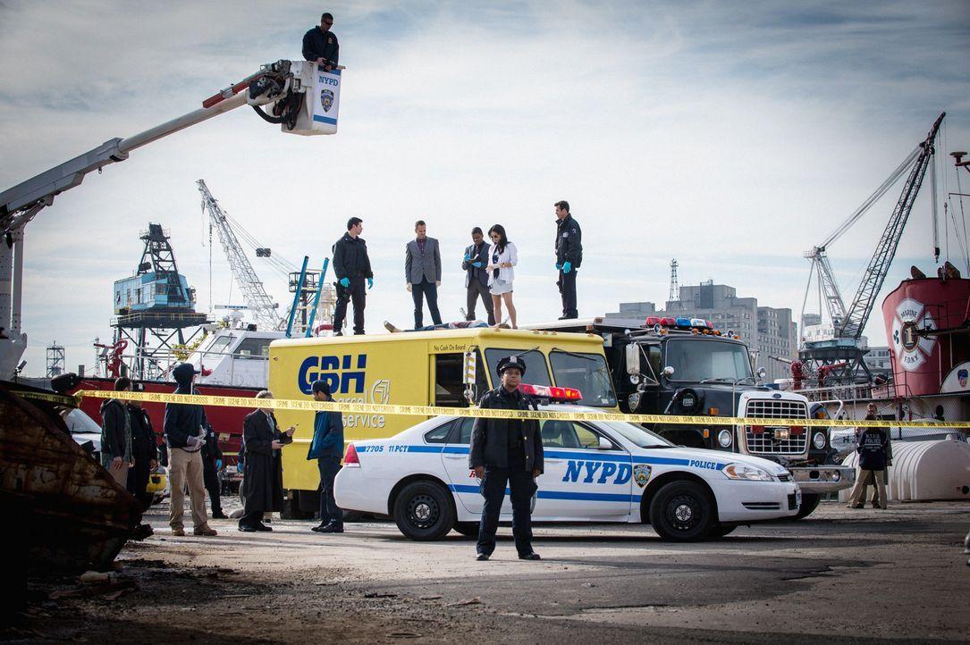 Eine tote Frau liegt auf dem Dach eines Lieferwagens. Sie wurde erstochen und fiel von einem Balkon. Das Team um Sherlock Holmes (Jonny Lee Miller,... - Bildquelle: CBS Television