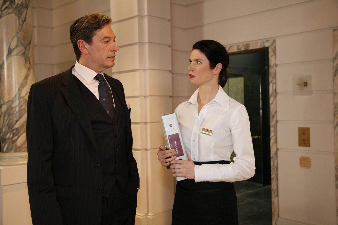 Gina (Elisabeth Sutterlüty, r.) gelingt es endlich, einen Stachel bei Julius (Günter Barton, l.) zu setzen ... - Bildquelle: SAT.1