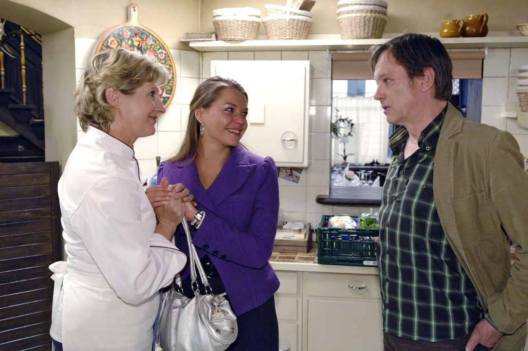 Katja (Karolina Lodyga, M.) suggeriert Susanne (Heike Jonca, l.) und Armin (Rainer Will, r.) eine glückliche Schwangerschaft ... - Bildquelle: Sat.1