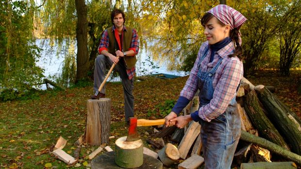 Zunächst kann Clara (Julia-Maria Köhler, r.) dem Landleben mit Simon (Pasqual...