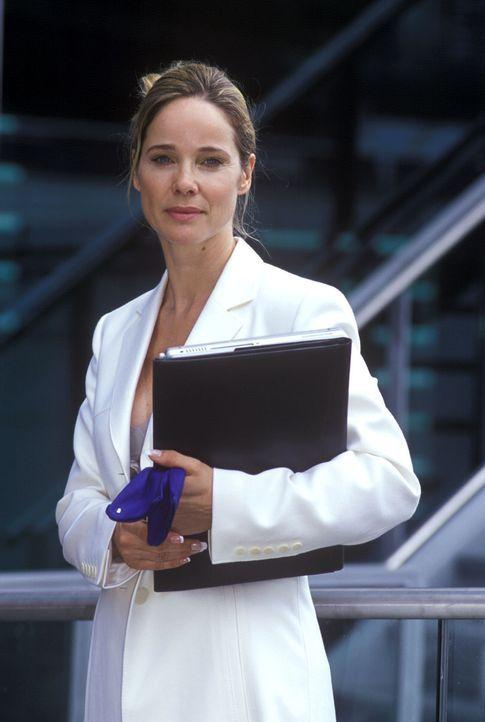 Maria-Luise Wagner (Ann-Kathrin Kramer) ist eine toughe Vermögensberaterin, für die nur ihr karriereorientiertes Designer-Taschen-Leben zählt ... - Bildquelle: Susanne Dittmann Sat.1
