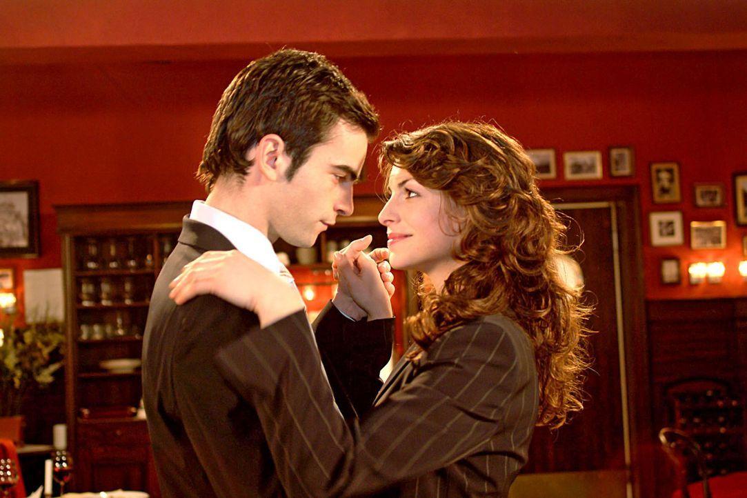 """David (Matthis Künzler, l.) und Mariella (Bianca Hein, r.) feiern verliebt im """"Wolfahrts"""" Davids Wahl zum Firmenchef. - Bildquelle: Sat.1"""
