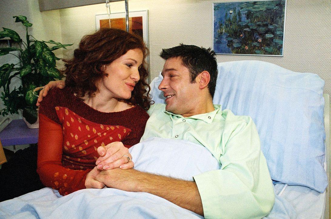 Katharina (Marie Munz, l.) und Gernot (Andreas Herder, r.) haben sich ihre Hochzeitsnacht anders vorgestellt, als sie im Krankenhaus zu verbringen. - Bildquelle: Monika Schürle Sat.1