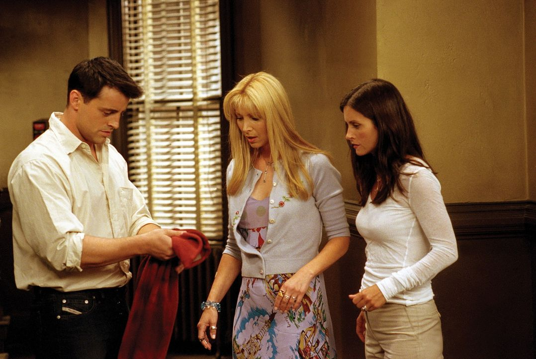 Joey (Matt LeBlanc, l.), Phoebe (Lisa Kudrow, M.) und Monica (Courteney Cox, r.) wissen jetzt, dass ein geheimnisvoller Lover, der vor einem Monat b... - Bildquelle: TM+  WARNER BROS.
