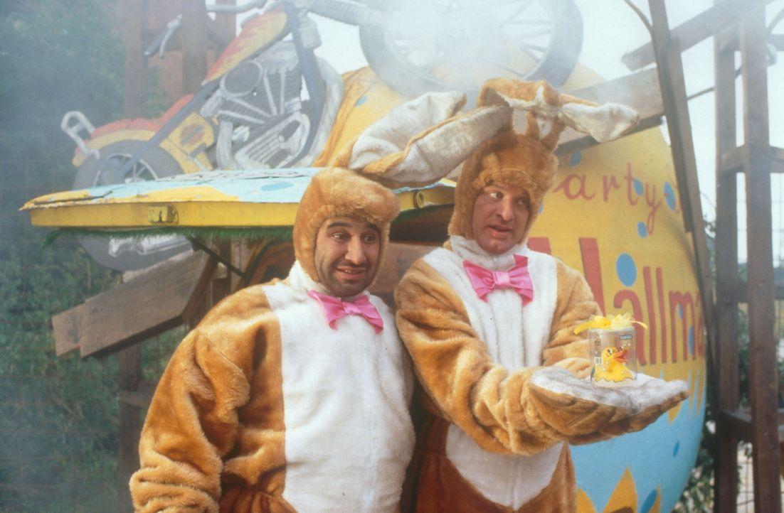 Um nach Mallorca zu kommen, jobben die zwei Tollpatsche Tommie (Tom Gerhardt, r.) und Mario (Hilmi Sözer, l.) für kurze Zeit als Kaufhaus-Osterhas... - Bildquelle: Constantin Film