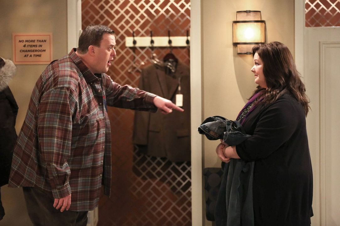 Geraten in einen Streit: Mike (Billy Gardell, l.) und Molly (Melissa McCarthy, r.) ... - Bildquelle: Warner Brothers