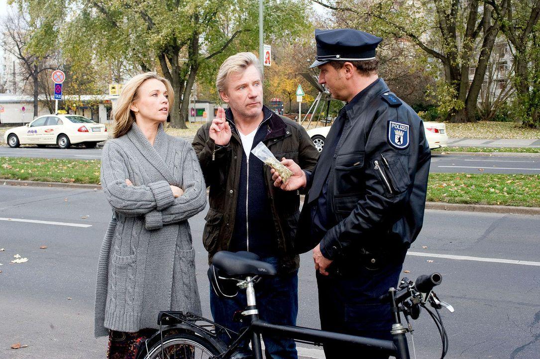 Jetzt wird's brenzlig: Ein Polizist (Matthias Komm, r.) erwischt Hannah (Tina Ruland, l.) und Reinhard (Jörg Schüttauf, M.) nicht nur mit einem ge... - Bildquelle: Gordon Mühle Sat.1