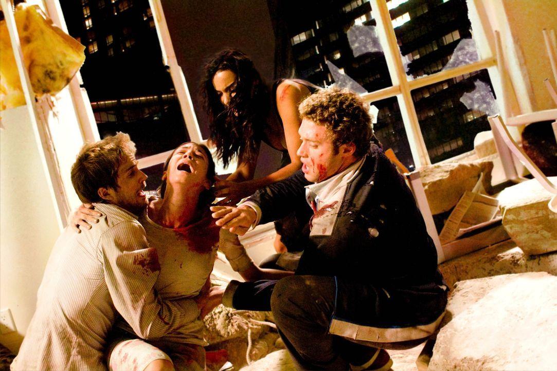 Rob (Michael Stahl-David, l.), Lily (Jessica Lucas, 2.v.r.) und Hud (T.J. Miller, r.) gelingt es, Beth (Odette Yustman, 2.v.l.) aus ihrer misslichen... - Bildquelle: Paramount Pictures