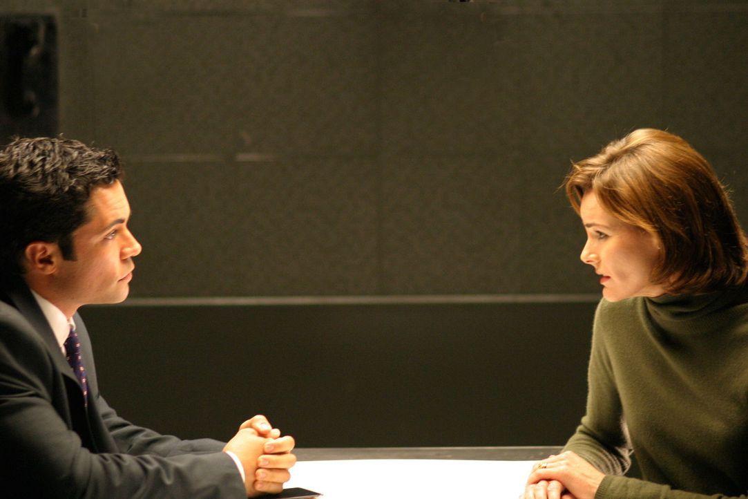 Sehr interessiert hört Det. Scott Valens (Daniel Pino, l.), was ihm Jane (Saxon Trainor, r.) zu sagen hat .. - Bildquelle: Warner Bros. Television