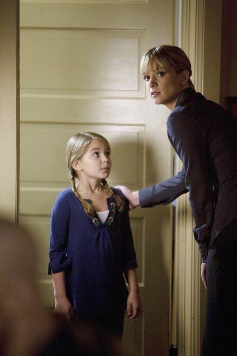 Sophia Collins (Anna Clark, l.) hat für JJ (AJ Cook, r.) eine besondere Information ... - Bildquelle: Touchstone Television