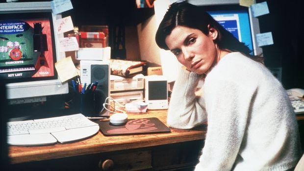 Zu Hause macht die Computer- und Virus-Spezialistin Angela Bennett (Sandra Bu...