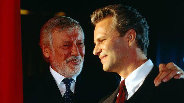 Stolz blicken Peter Sommer (Peter Sattmann, r.) und sein väterlicher Freund R...