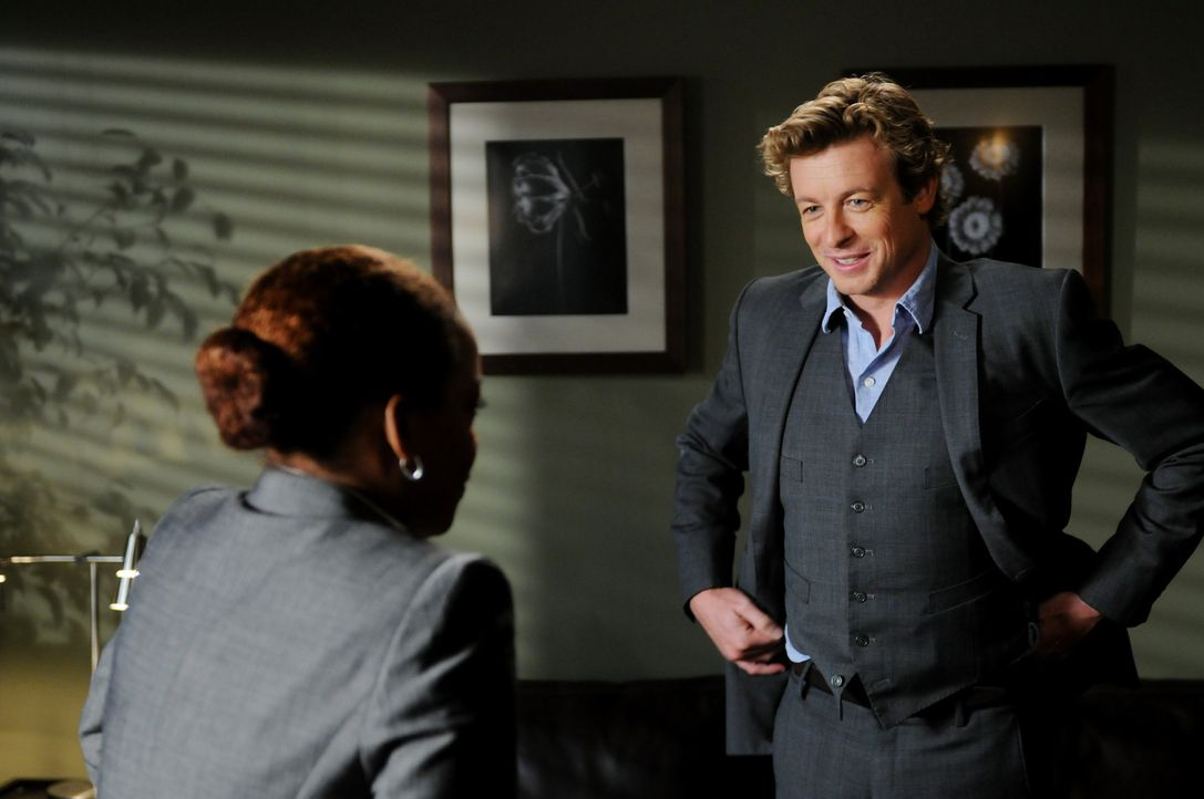 Ein neuer Fall beschäftigt Patrick Jane (Simon Baker, r.) und Madeleine Hightower (Aunjanue Ellis, l.) ... - Bildquelle: Warner Bros. Television