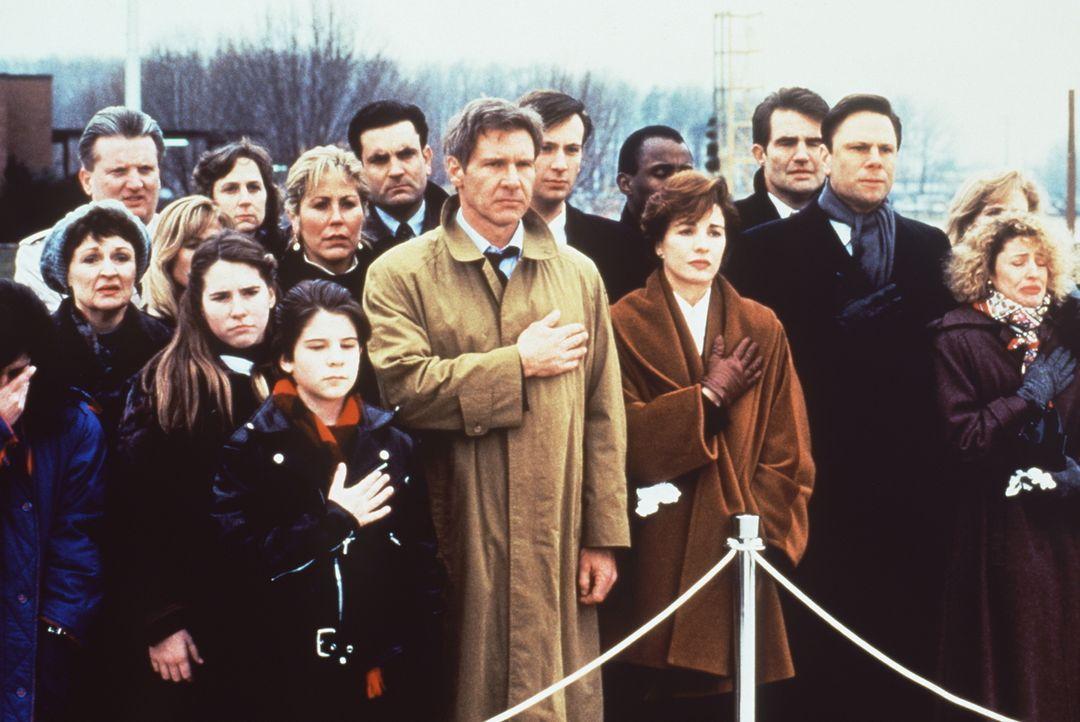 In tiefer Trauer: Jack Ryan (Harrison Ford, 3.v.r. vorne) und seine Frau Cathy (Anne Archer, 2.v.r. vorne) ... - Bildquelle: Paramount Pictures
