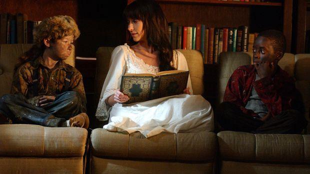 Melinda (Jennifer Love Hewitt, M.) liest Marty (Terrence Hardy Jr., l.) und V...