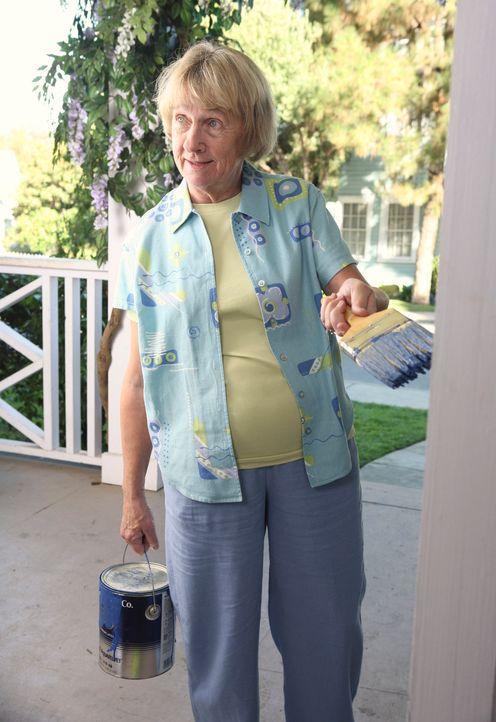 Mrs. McCluskey (Kathryn Joosten)  entgeht nichts ... - Bildquelle: 2005 Touchstone Television  All Rights Reserved
