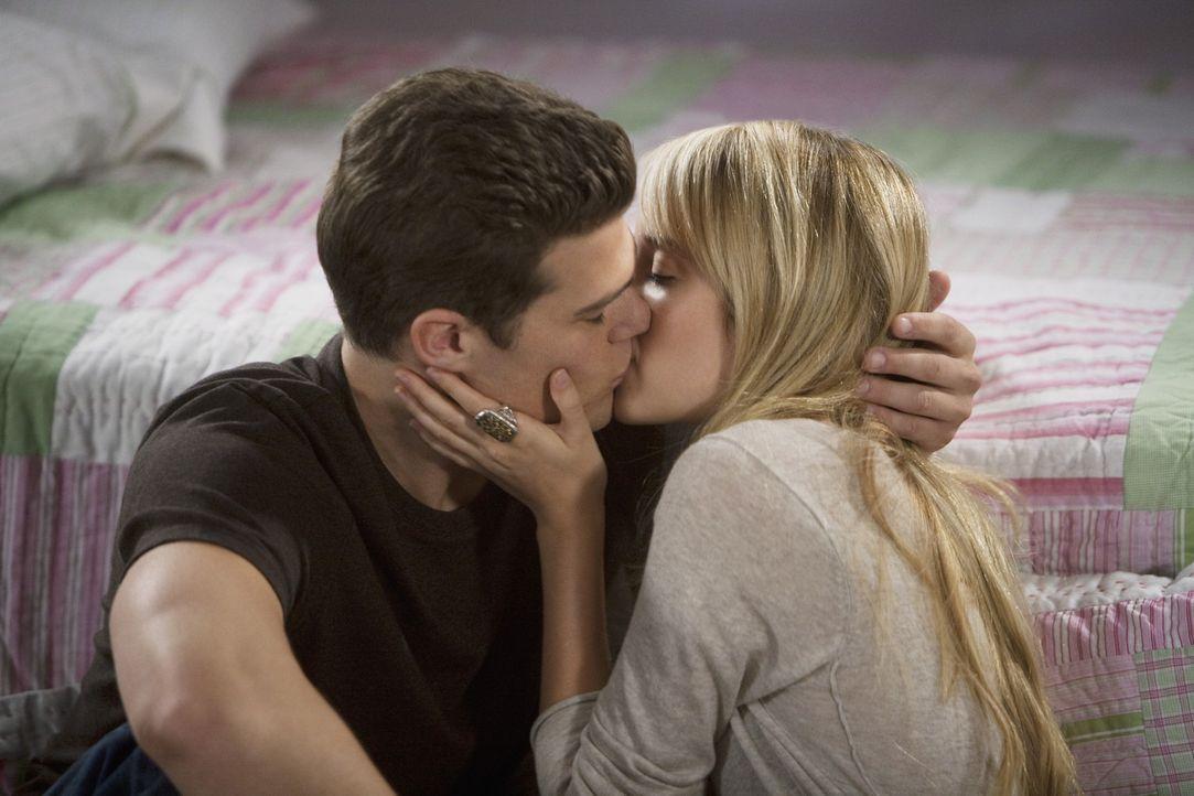Grace (Megan Park, r.) ist froh, einen verständnisvollen Freund wie Jack (Greg Finley, l.) zu haben ...